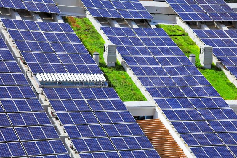 Sonnenkollektoren auf die Dachoberseite lizenzfreies stockfoto