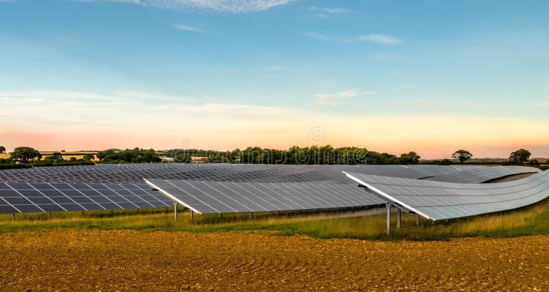 Sonnenkollektoren auf einem Dach lizenzfreies stockfoto