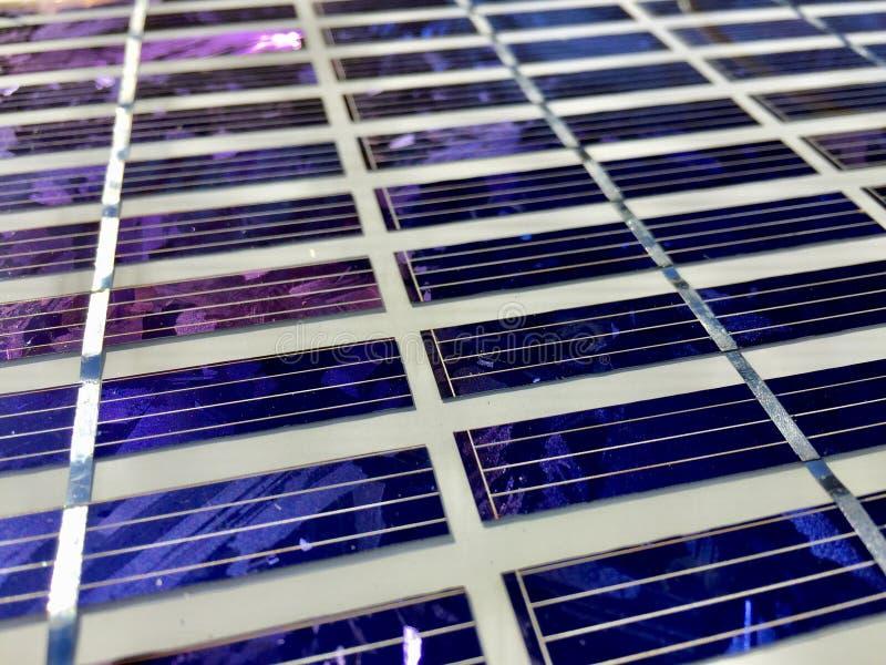 Sonnenkollektoren auf einem Dach stockfoto