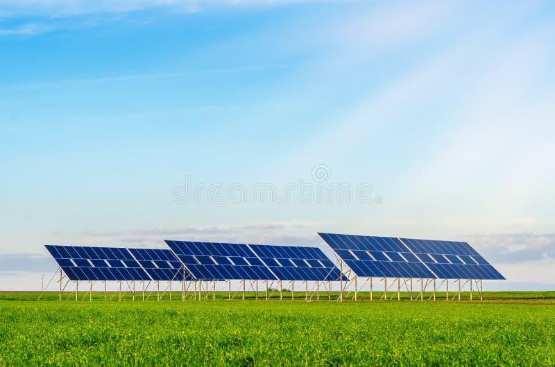 Sonnenkollektoren auf einem Gebiet auf gr?nem Gras Umweltfreundlich lizenzfreies stockbild