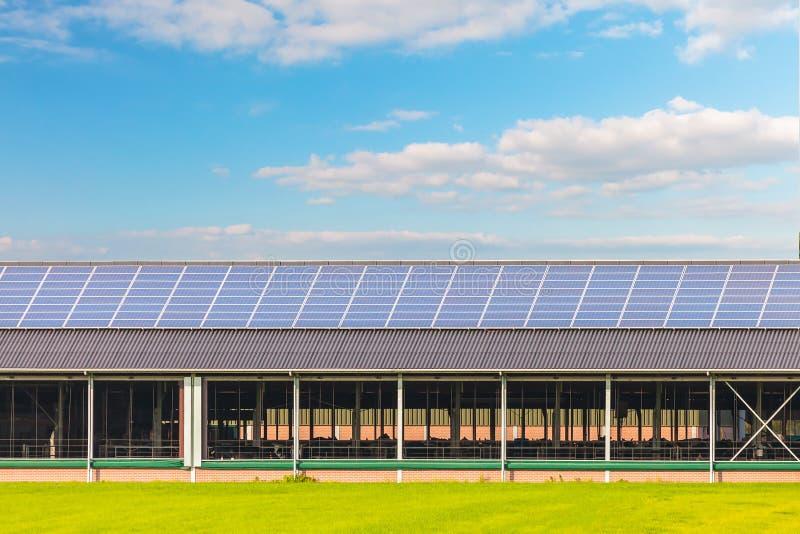 Sonnenkollektoren auf einer neuen Bauernhofscheune lizenzfreie stockbilder