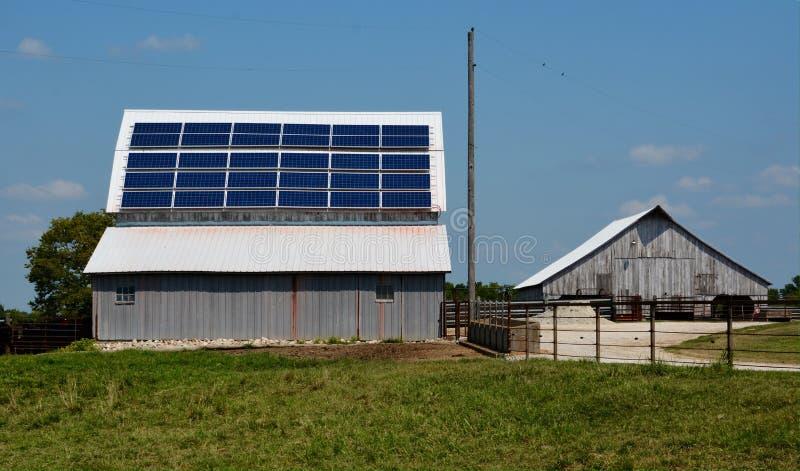 Sonnenkollektoren auf einer Scheune stockfotos