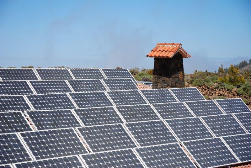 Sonnenkollektoren auf Gebirgshütte stockbild