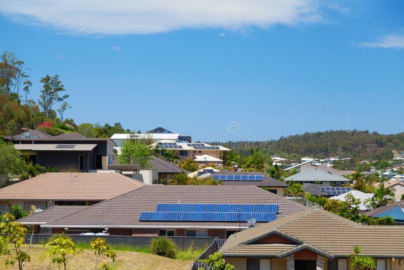 Sonnenkollektoren auf Häusern stockfotos