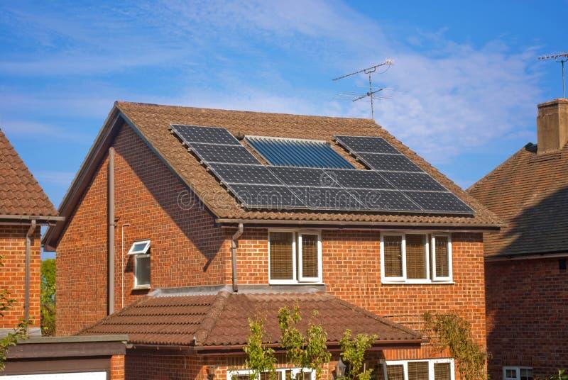 Sonnenkollektoren auf Haus stockfotos