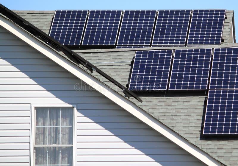 Sonnenkollektoren auf Wohnhaus lizenzfreie stockbilder