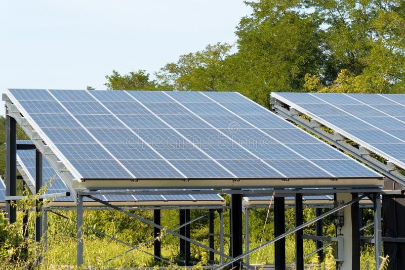 Sonnenkollektoren in der Landschaft lizenzfreies stockbild