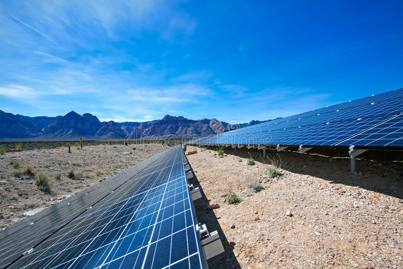 Sonnenkollektoren in der Mojave-Wüste. lizenzfreie stockbilder