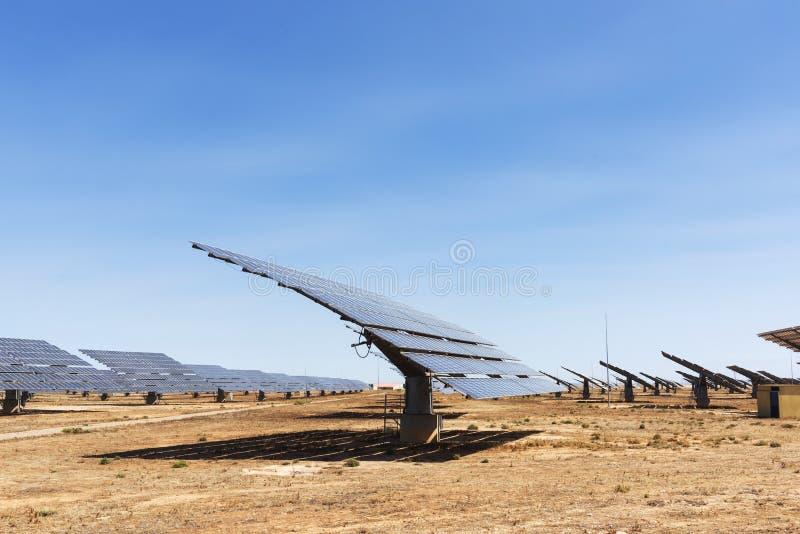 Sonnenkollektoren in einem Solarkraftwerk lizenzfreie stockbilder