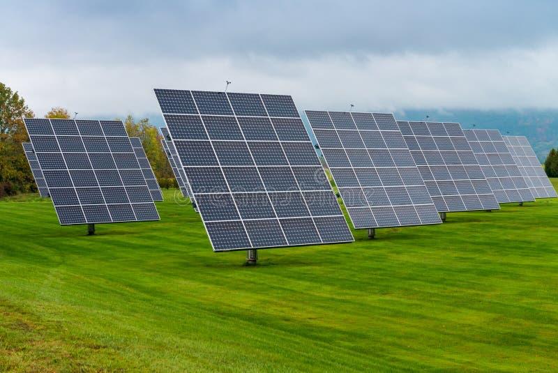 Sonnenkollektoren gesetzt auf eine Landschaftswiese lizenzfreie stockbilder