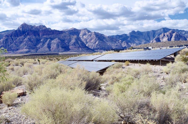 Sonnenkollektoren im roten Felsen-Naturschutzgebiet, Nevada stockfotos
