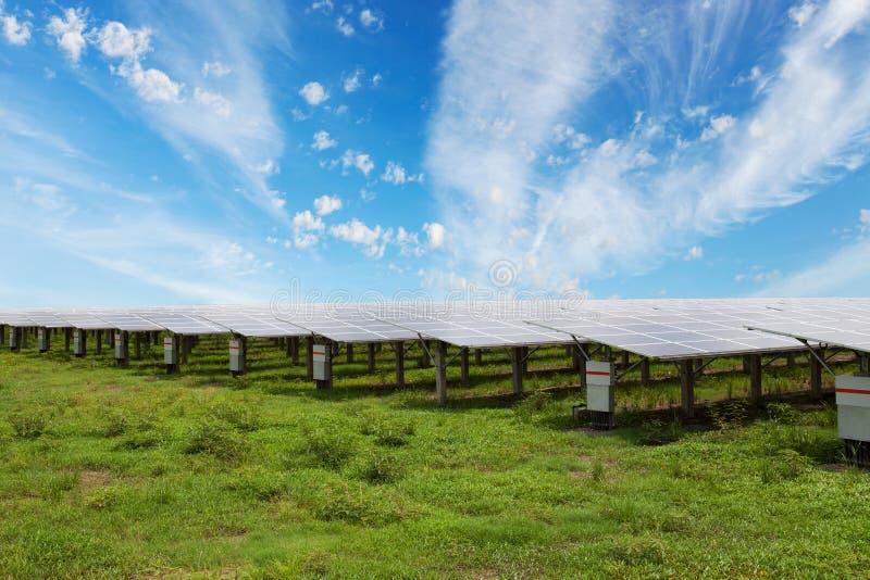 Sonnenkollektoren im Solarhintergrund des blauen Himmels der bauernhöfe lizenzfreie stockfotografie