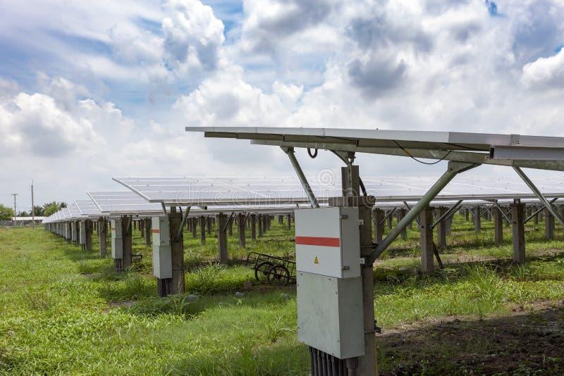Sonnenkollektoren im Solarhintergrund des blauen Himmels der bauernhöfe stockbilder