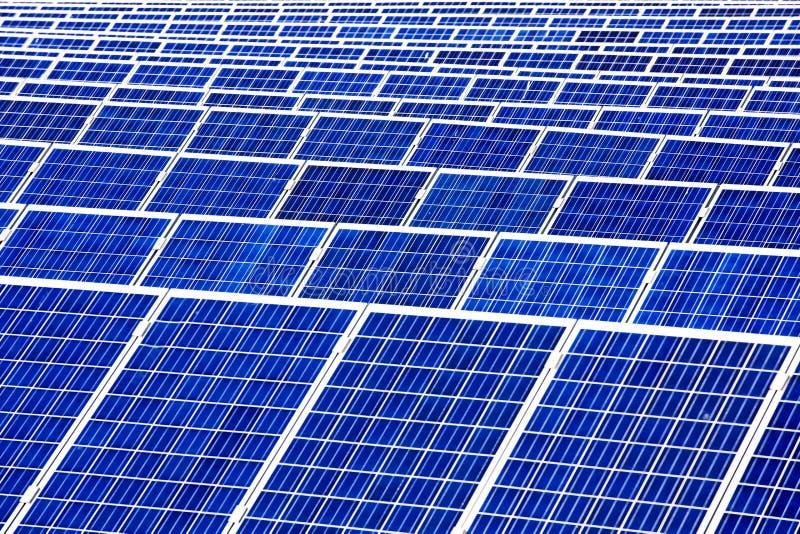 Sonnenkollektoren mit dem sonnigen Himmel stockfoto