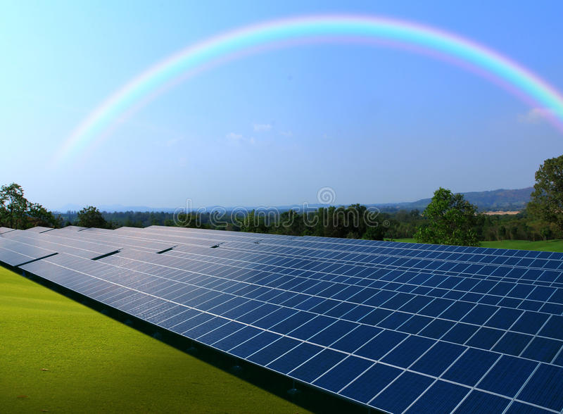 Sonnenkollektoren mit schönem Regenbogenhimmel stockfotos