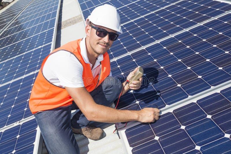 Sonnenkollektoren mit Techniker stockfoto