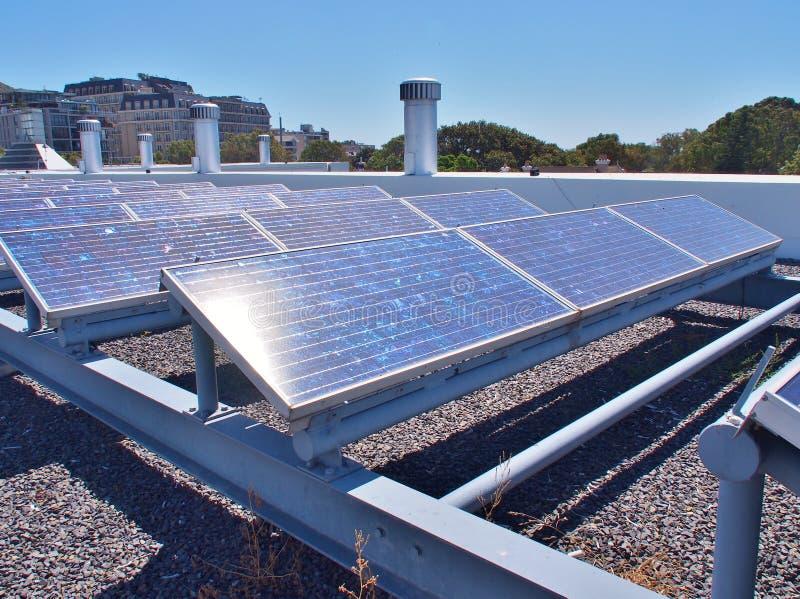 Sonnenkollektoren oder Solarzellen auf Dachspitze stockbilder