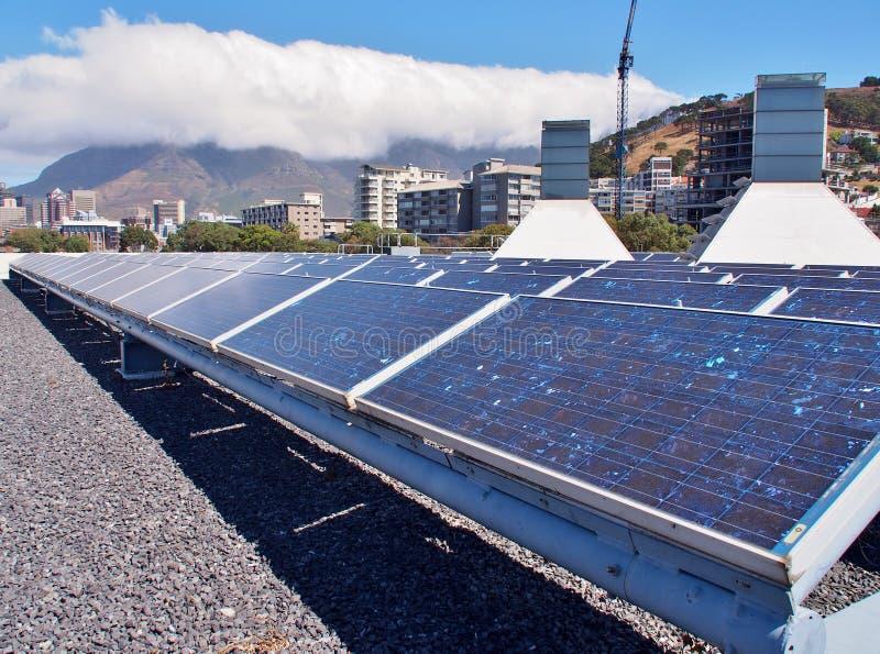 Sonnenkollektoren oder Solarzellen auf Dachspitze lizenzfreies stockfoto