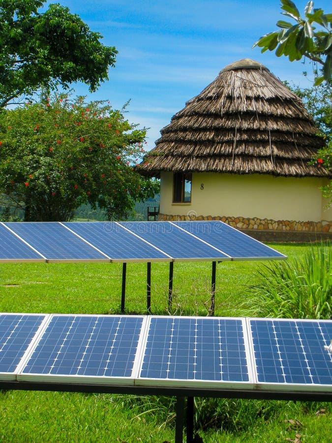Sonnenkollektoren und eine Hütte lizenzfreie stockbilder
