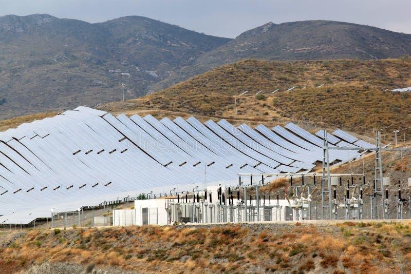 Sonnenkollektoren und Kraftwerk, Andalusien, Spanien lizenzfreie stockfotos