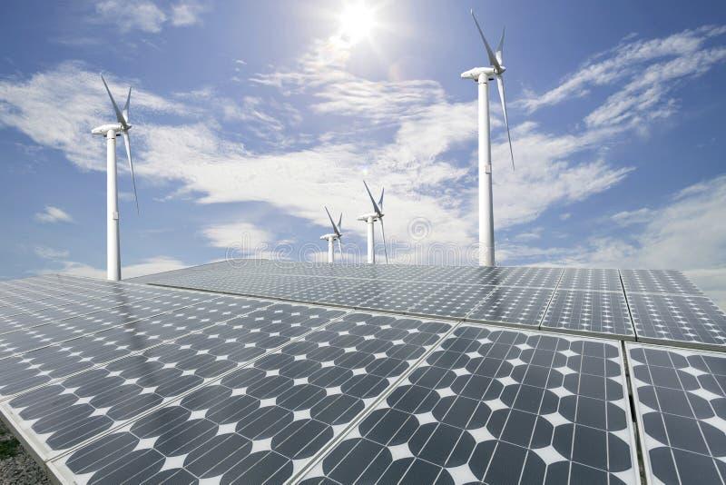 Sonnenkollektoren und Windkraftanlage mit Hintergrund des blauen Himmels lizenzfreie stockbilder