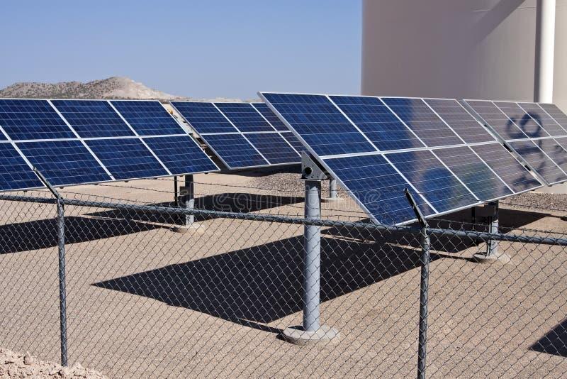 Sonnenkollektorenergie-Abgassammlerbauernhof stockfotografie