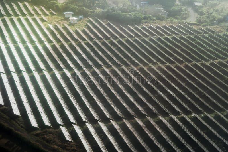 Sonnenkollektorgesichtssonnenlicht auf grünem Feld lizenzfreie stockfotografie