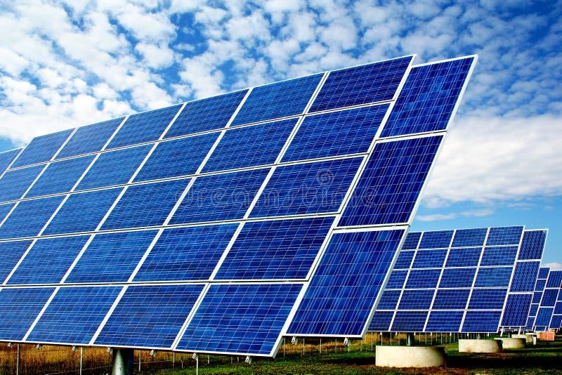 Sonnenkraftwerk lizenzfreies stockbild