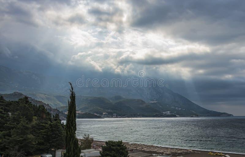 Sonnenlicht über dem Budva Riviera stockfotos