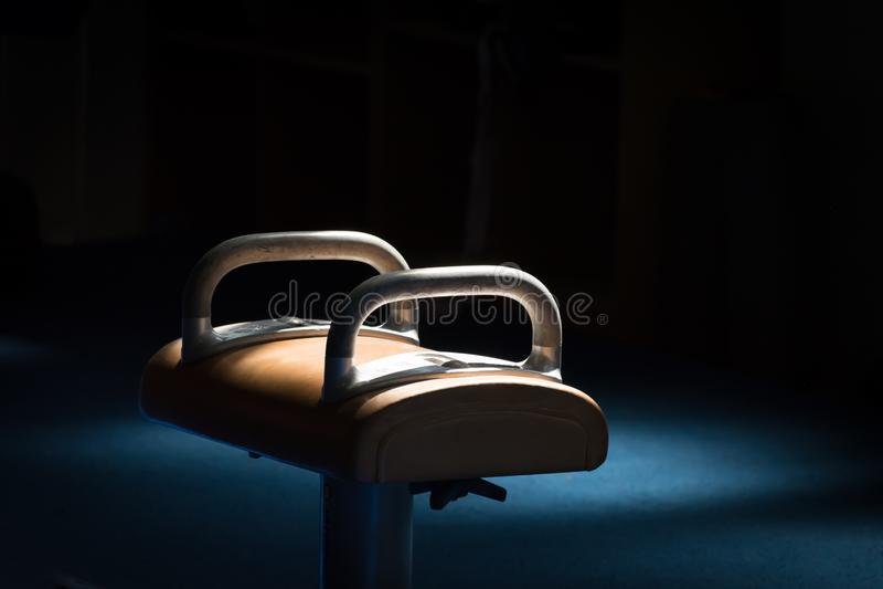 Sonnenlicht, das auf einem Knaufpferd in einer Turnhalle glänzt lizenzfreies stockfoto