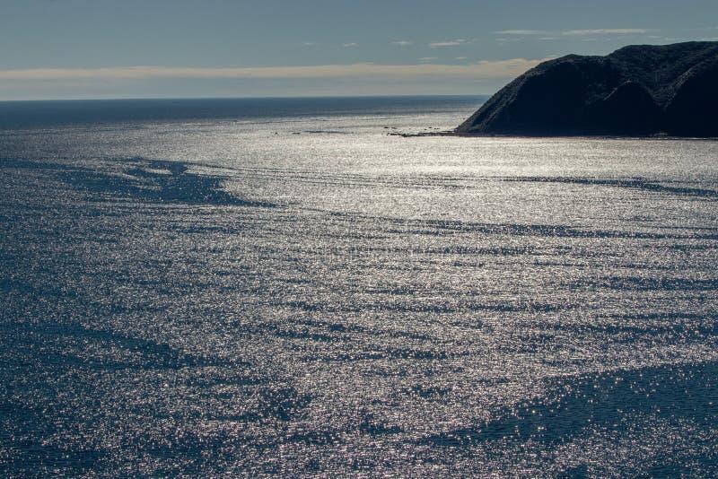 Sonnenlicht, das weg vom Meerwasser sich reflektiert stockfoto