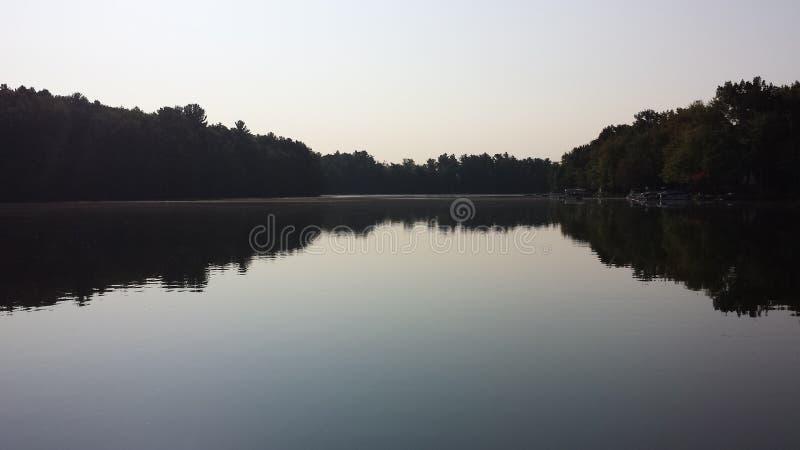 Sonnenlicht des frühen Morgens auf dem See lizenzfreie stockbilder
