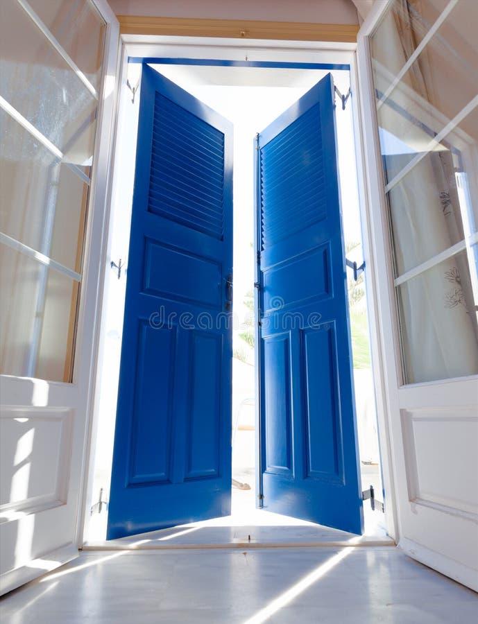 Sonnenlicht durch die offene Tür stockbild