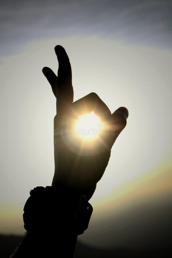 Sonnenlicht durch Hand lizenzfreie stockfotografie