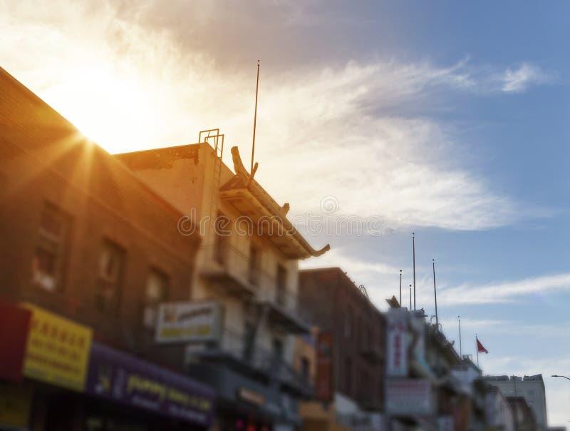 Sonnenlicht glänzt über einem bunten Chinatown-Straßenbild in San Franc lizenzfreies stockbild
