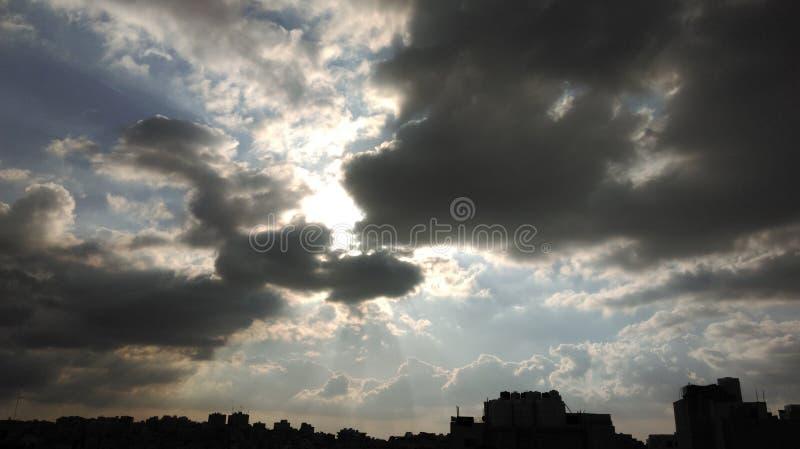 Sonnenlicht nachgedacht über die Wolken lizenzfreies stockfoto