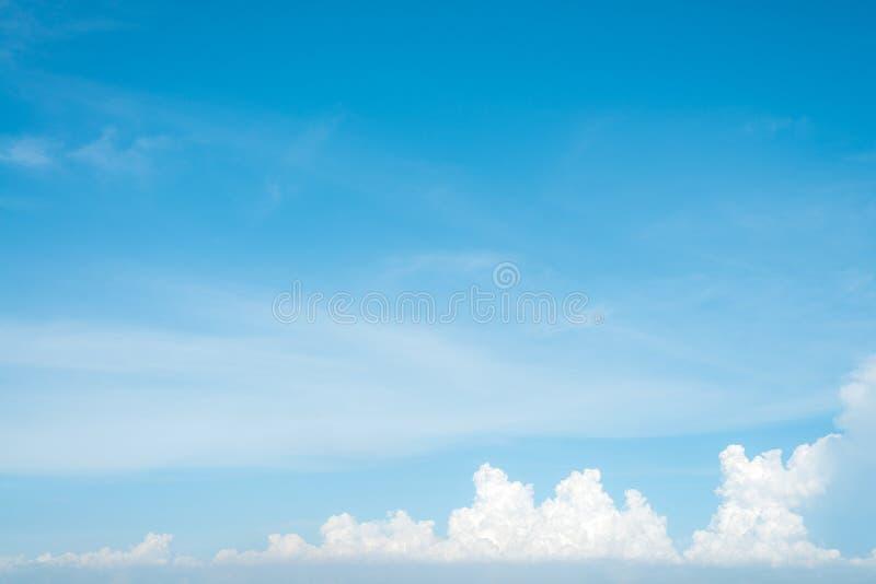 Sonnenschein bewölkt Himmel während des Morgenhintergrundes Blau, weißer Pastellhimmel, Weichzeichneraufflackernsonnenlicht lizenzfreie stockfotografie