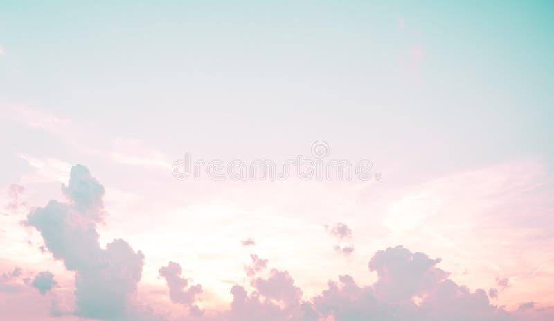 Sonnenschein bew?lkt Himmel w?hrend des Morgenhintergrundes Blau, wei?er Pastellhimmel, Weichzeichneraufflackernsonnenlicht Zusam stockbilder