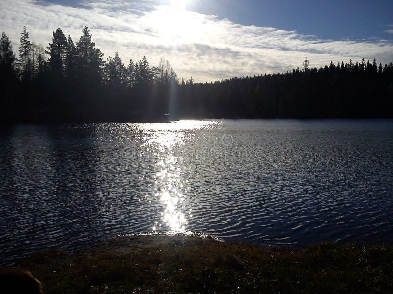 Sonnenschein nachgedacht über See stockfoto