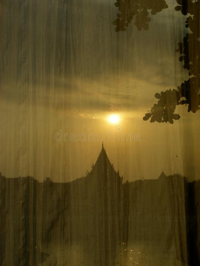 Sonnenschein reflektiert Flussuferansicht lizenzfreies stockbild