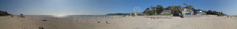 Sonnenschein, Sand und Brandung am Kanonen-Strand lizenzfreie stockfotos