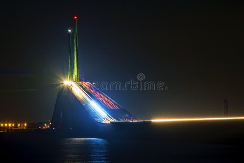 Sonnenschein Skyway-Brücken-Neigung nachts stockfotografie