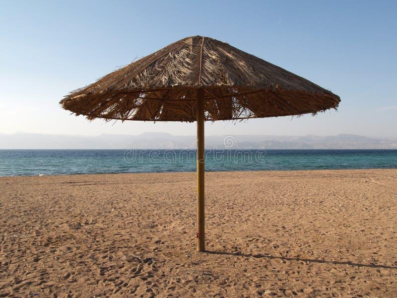 sonnenschirm auf dem jordanien strand stockfoto bild von. Black Bedroom Furniture Sets. Home Design Ideas