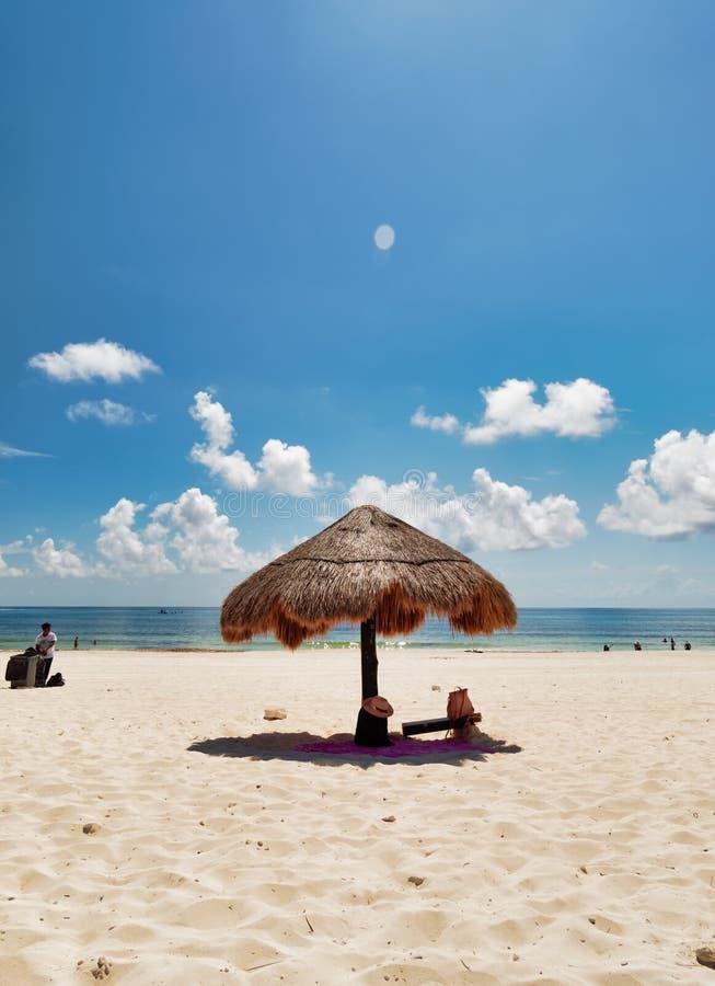 Sonnenschirm auf dem karibischen Strand lizenzfreies stockbild