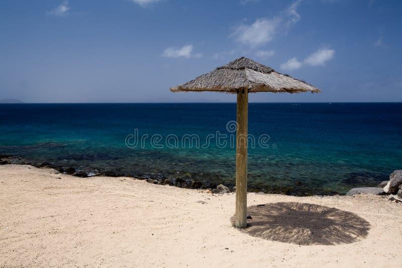 Sonnenschirm auf dem Strand stockbilder