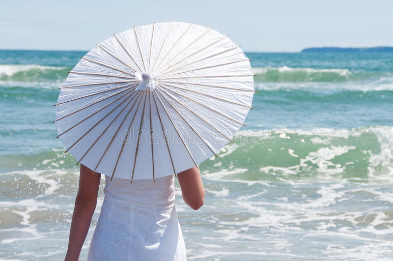 Sonnenschirm am Strand lizenzfreie stockfotografie