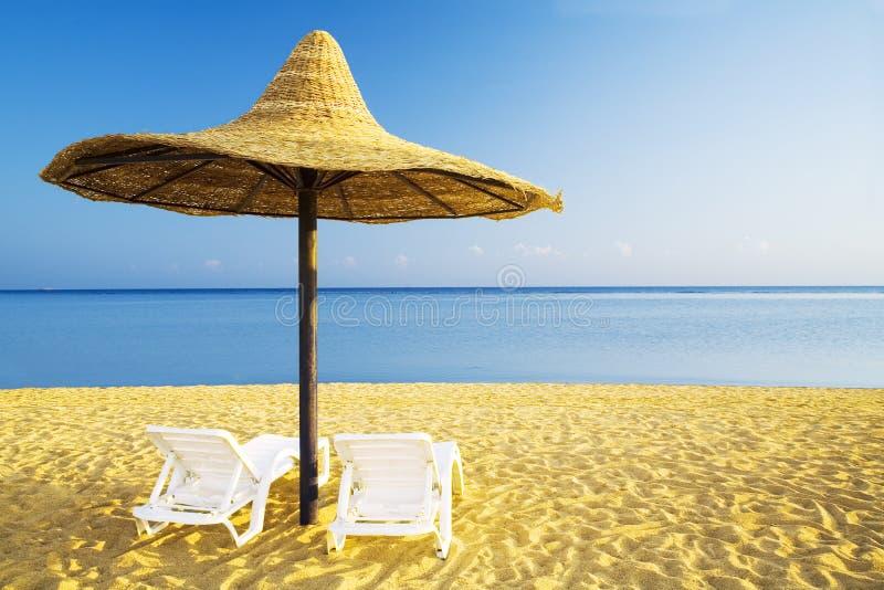 Sonnenschirm und sunbed lizenzfreie stockbilder