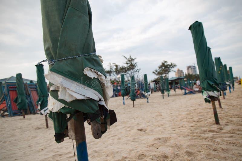 Sonnenschirme auf dem Strand lizenzfreie stockfotos