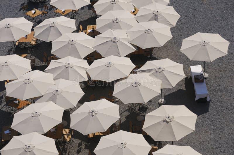 Sonnenschirme auf der Terrasse lizenzfreies stockbild