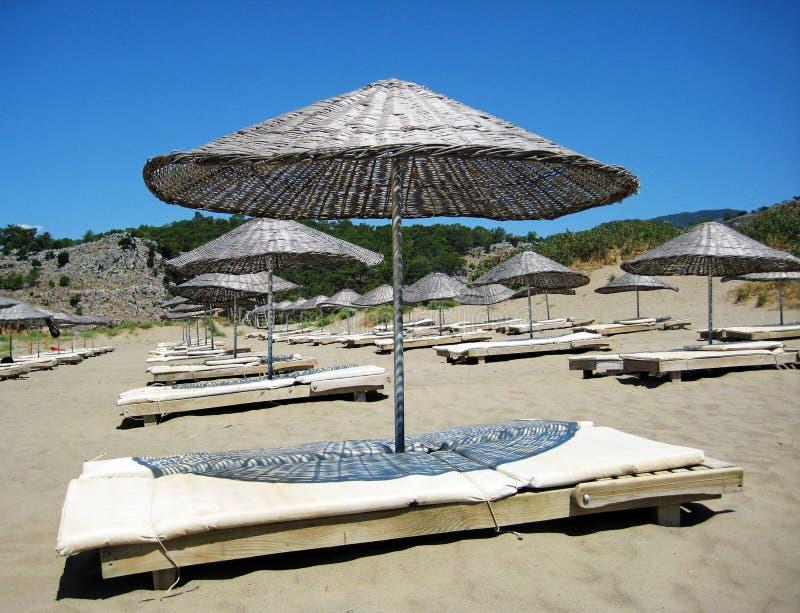 Sonnenschirme auf Strand lizenzfreie stockfotografie